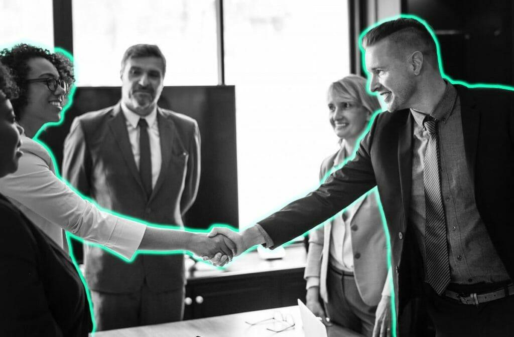 Zusammenarbeit von Marketing und Vertrieb Handshake
