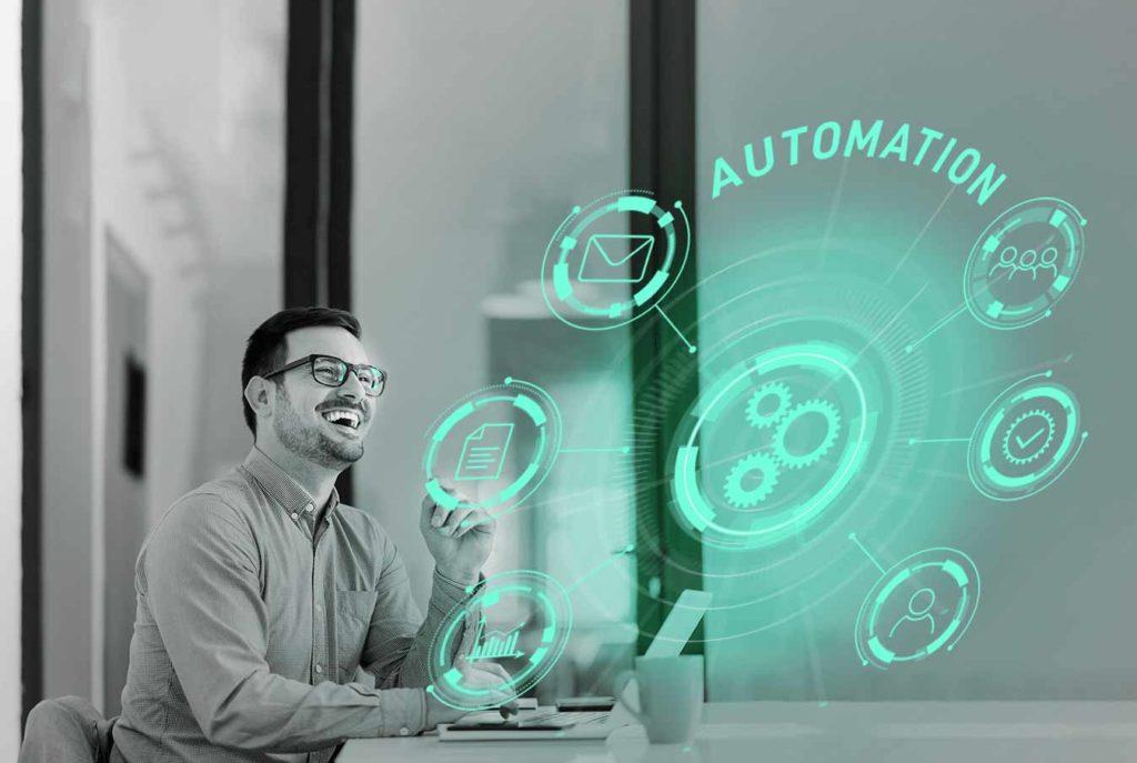 Glücklicher Marketing Verantwortlicher mit Marketing Automation.
