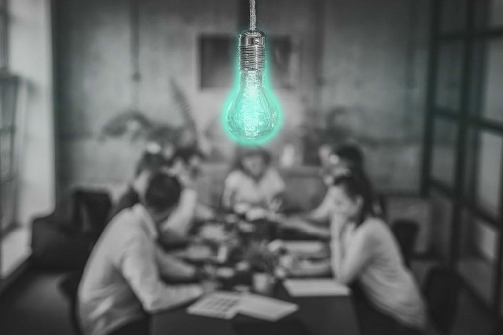 Brainstorming im Team mit Glühbirne